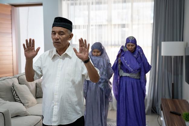 Portret van de oude mens die het bidden in gemeente leidt