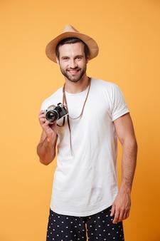 Portret van de positieve mens met retro camera geïsoleerde status