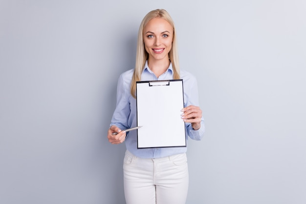 Portret van de positieve vrolijke van de de eigenaargreep van het meisjesbedrijf de directe pen van het klembord