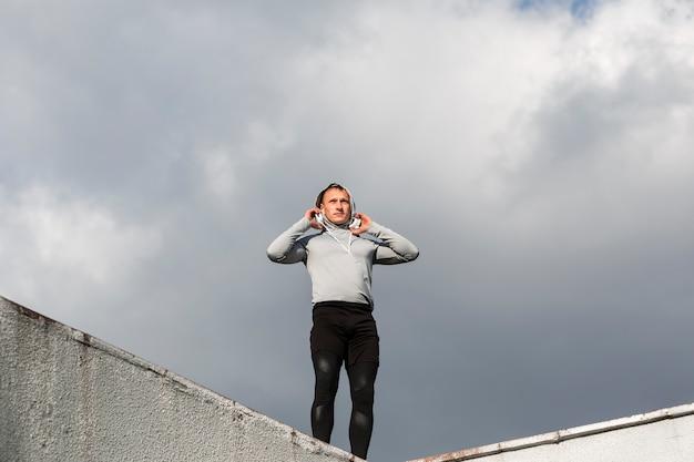 Portret van de sportieve mens die weg kijkt