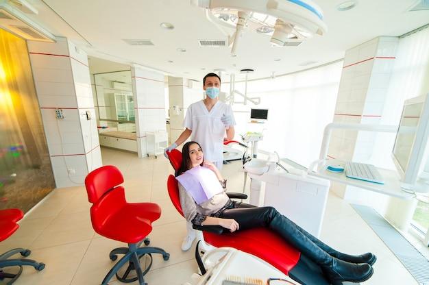 Portret van de tandarts en de patiënt in de tandheelkunde.