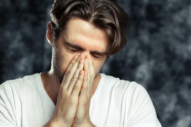 Portret van de vermoeide trieste man