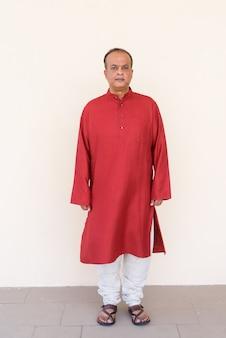 Portret van de volledige lengte van een indiase man die traditionele kleding draagt