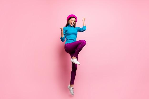 Portret van de volledige lengte van extatisch meisje sprong winnen zwarte vrijdag loterij korting verhogen vuisten schreeuwen ja draag stijlvolle moderne kleding.