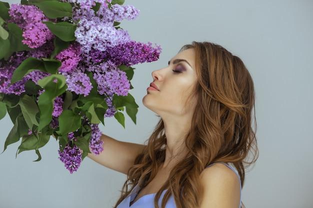 Portret van de vrouw met een boeket lentebloemen