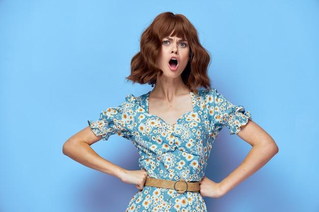 Portret van de vrouw met zijn handen aan zijn riem met zijn mond open stijlvolle kleding