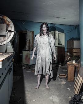 Portret van de vrouw van de horrorzombie. halloween.