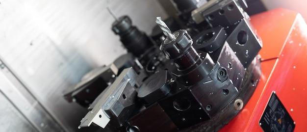 Portret van de werkende machine in de fabriek van de metalen details