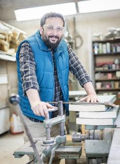 Portret van de workshop ambachten man binnenshuis