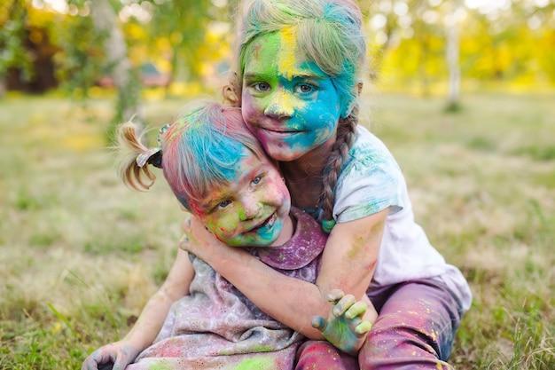 Portret van de zusters, geschilderd in de kleuren van holi.
