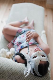 Portret van de zwangere vrouw in carnaval-masker