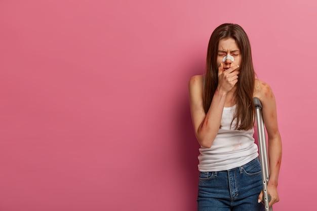 Portret van depressieve jonge vrouw lijdt aan traumatische pijn