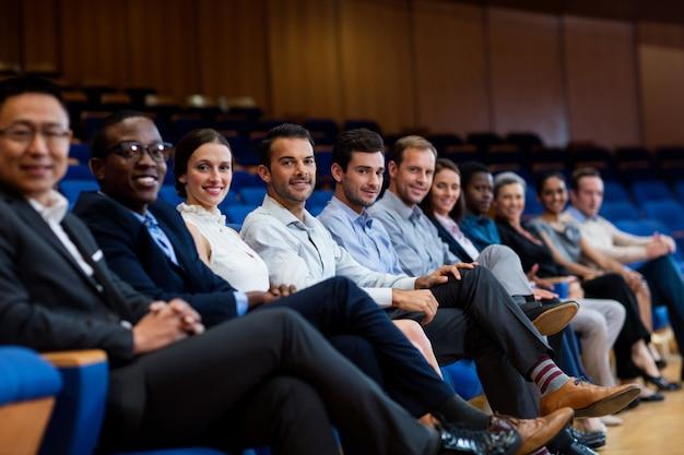 Portret van directeuren die aan een commerciële vergadering op conferentiecentrum deelnemen