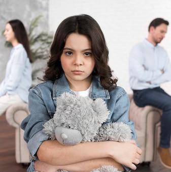 Portret van dochter droevig voor uiteenvallen van de familie