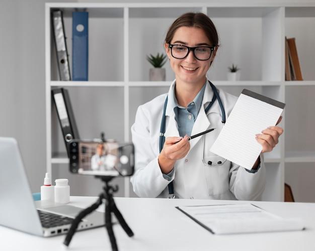 Portret van dokter videoconferenties in de kliniek