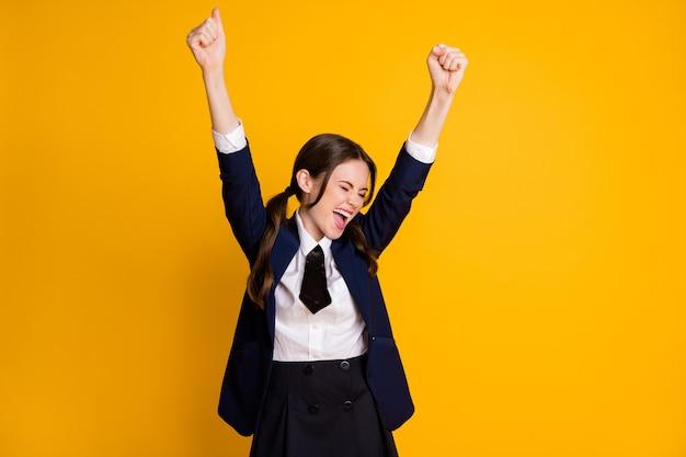 Portret van dolblij, gekke, vrolijke schoolmeisje a-mark stijgende handen omhoog triomf