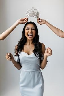 Portret van dolblije aziatische vrouw met emotionele gezichts winnende loterij, vieringssucces. aantrekkelijk indisch model dat een prijs ontvangt voor het winnen van een schoonheidswedstrijd, dromen komen uit, expressie.