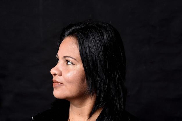 Portret van donkerbruine geïsoleerde vrouw
