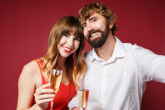 Portret van donkerbruine vrouw met haar glas van de echtgenootholding champagne