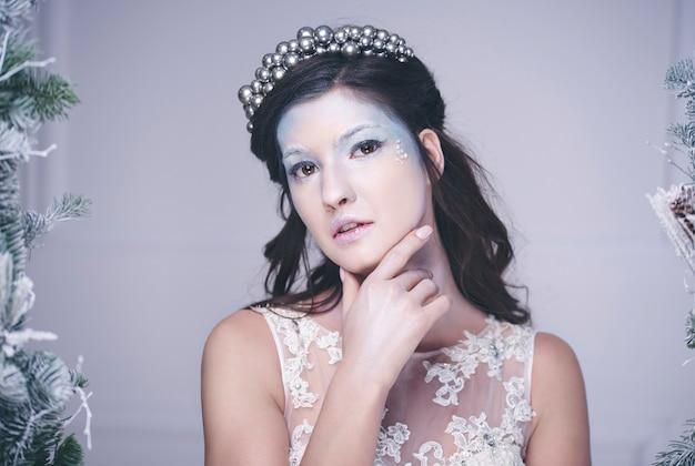 Portret van doordachte sneeuwkoningin met kroon