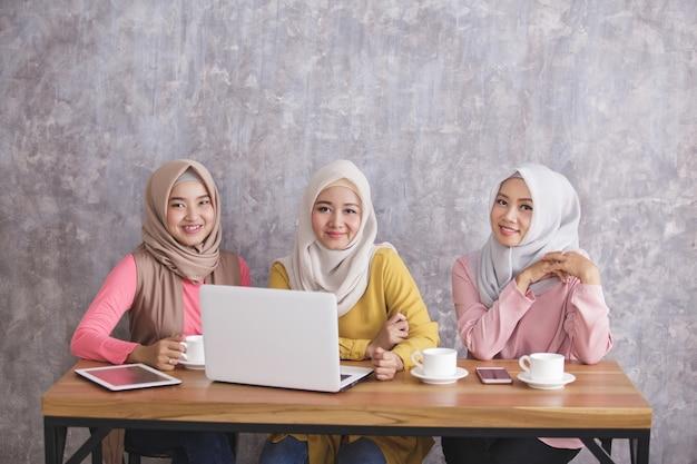 Portret van drie broers en zussen die hijab dragen die project hebben samen