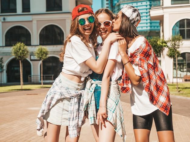 Portret van drie jonge mooie lachende hipster meisjes in trendy zomerkleding