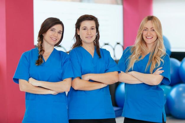 Portret van drie jonge vrouwelijke gezondheidstrainers