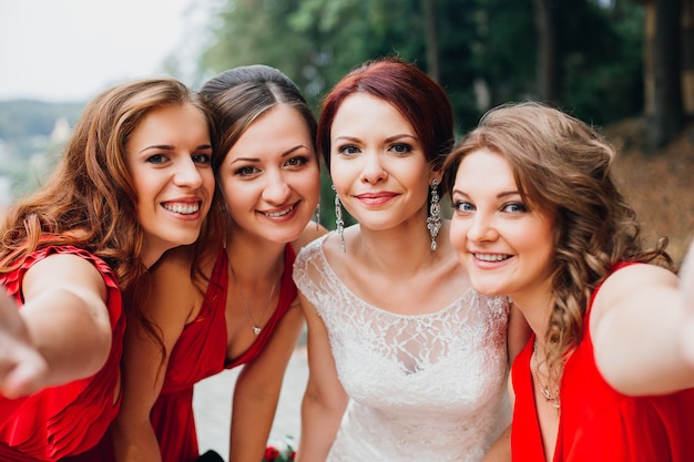 Portret van drie mooie bruidsmeisjes in rode jurk