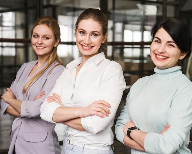 Portret van drie vrouwelijke ondernemers binnenshuis