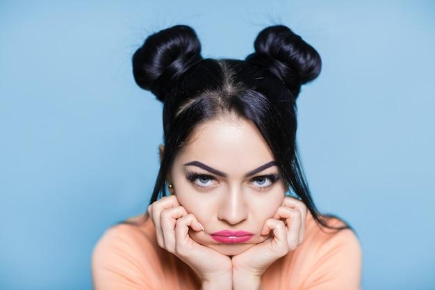 Portret van droevige en overstuur brunette vrouw met haar van muis op de blue