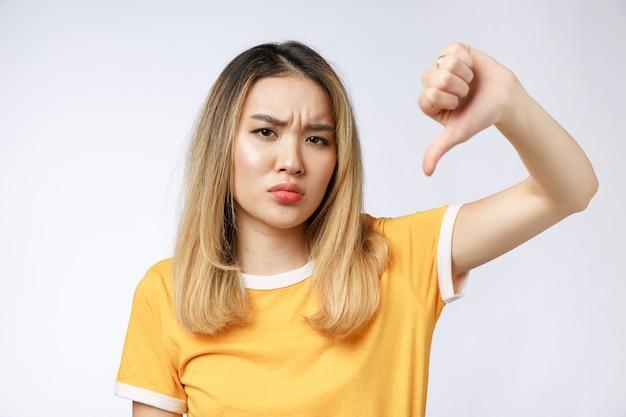 Portret van droevige schreeuwende peinzende gekke gekke aziatische vrouw