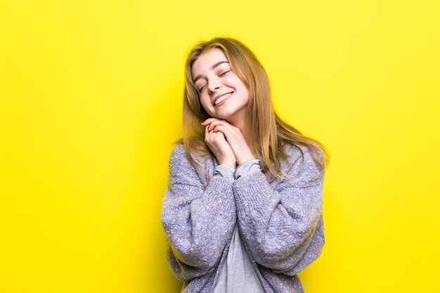 Portret van dromerig jong mooi meisje glimlachend opzoeken denken dromen met hand op kin.