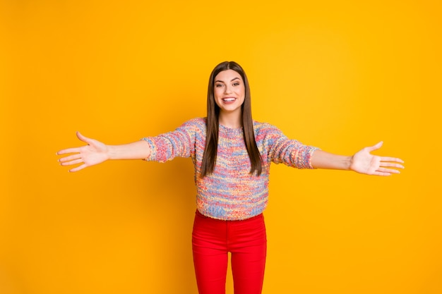 Portret van dromerig schattig lief meisje wil knuffel haar familie open armen genieten van moderne trui geïsoleerd over levendige kleuren