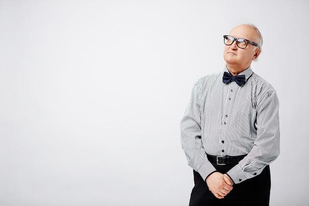 Portret van dromerige oude man
