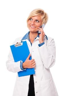 Portret van drukke jonge vrouwelijke arts