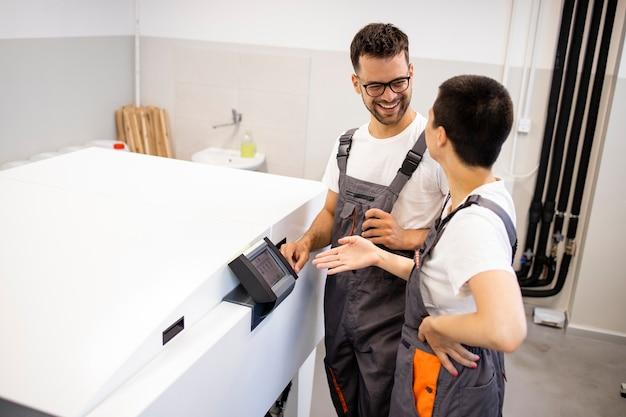 Portret van drukkerijen die bij de computer staan om de machine in de drukkerij te borduren.