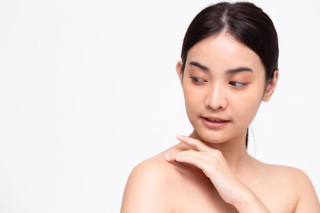 Portret van duidelijke aziatische perfecte huid van de schoonheids de aziatische vrouw die op witte muur wordt geïsoleerd. schoonheid kliniek gezichtsbehandeling huidverzorging concept