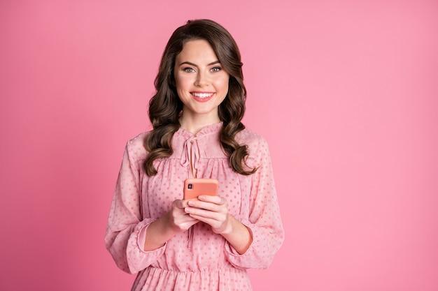 Portret van een aantrekkelijk charmant meisje met een brede glimlach op de digitale telefoon