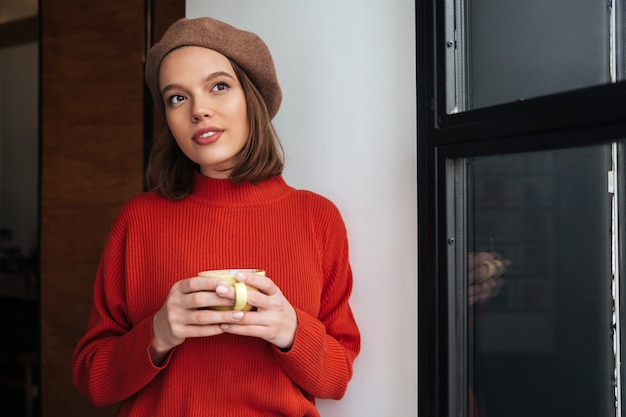 Portret van een aantrekkelijk meisje, gekleed in trui