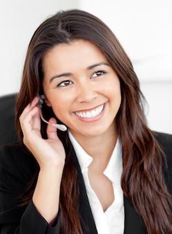 Portret van een aantrekkelijke aziatische zakenvrouw praten over telefoon w