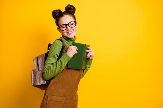 Portret van een aantrekkelijke, gefocuste nerd-nerd die interessante boekenclubs leest