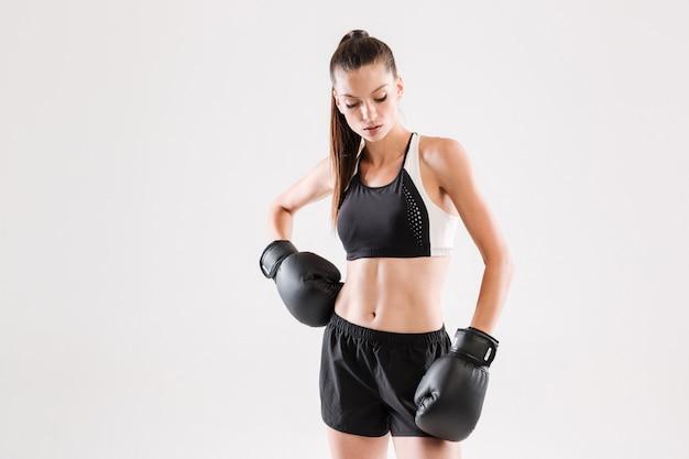 Portret van een aantrekkelijke gezonde sportvrouw in bokshandschoenen