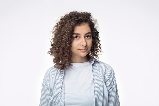 Portret van een aantrekkelijke indiase jonge vrouw op een witte achtergrond