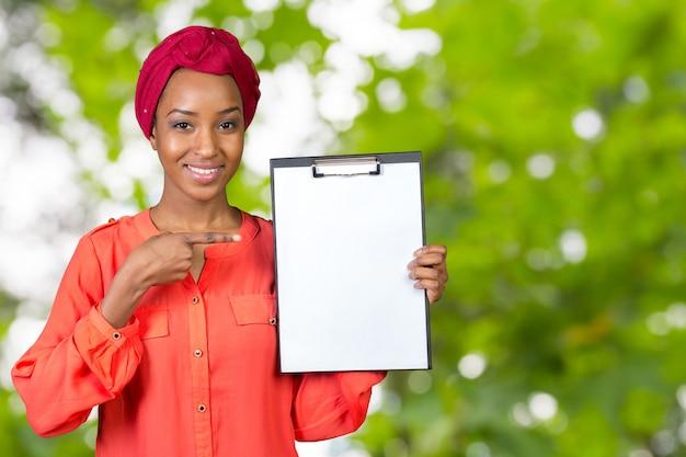 Portret van een aantrekkelijke jonge bedrijfsvrouw met klembord