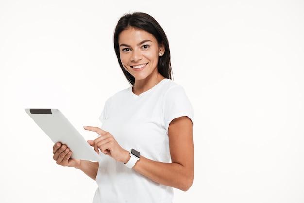 Portret van een aantrekkelijke jonge de tabletcomputer van de vrouwenholding