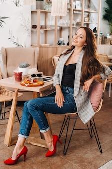 Portret van een aantrekkelijke jonge vrouw die in een café zit. cafe stedelijke levensstijl. willekeurig portret.