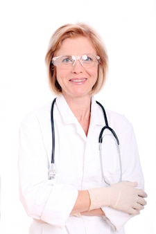 Portret van een aantrekkelijke jonge vrouwelijke arts in witte jas.