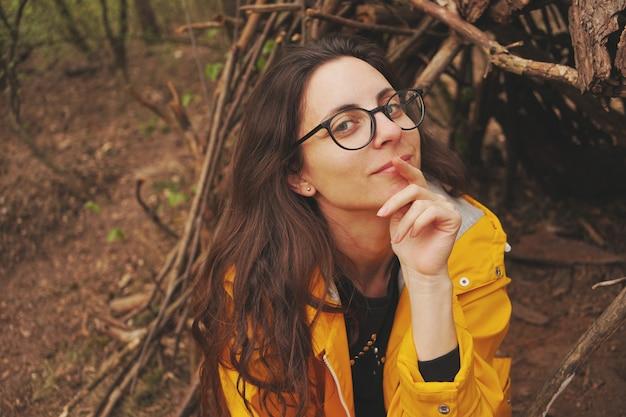 Portret van een aantrekkelijke modieuze jonge donkerbruine vrouw.