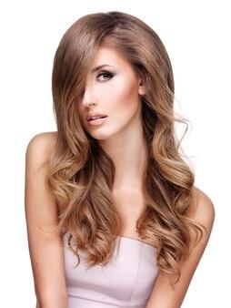 Portret van een aantrekkelijke sexy vrouw met mooi lang haar