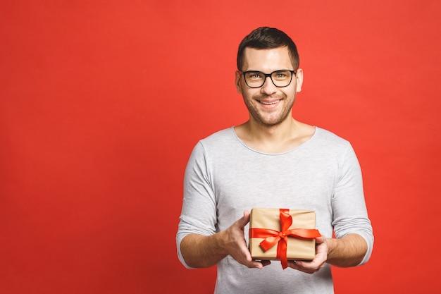 Portret van een aantrekkelijke toevallige mens die huidige doos geeft